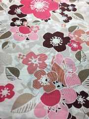 リバティ生地です。白地にピンクやブラウンの花柄