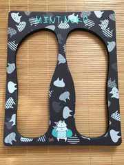 mintneko・ネコ柄ビーチサンダルの枠。モノクロ