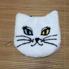 オッドアイ白猫フェイス型サガラ刺繍ポーチ。