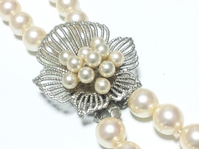 12217/素敵な真珠ネックレスシルバー素材を使って花を表現した留め具