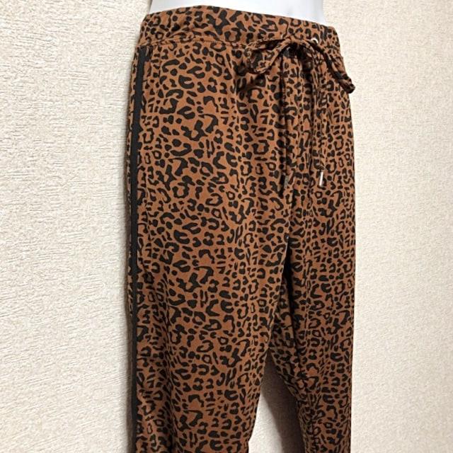 【新品/L】サイドライン入レオパ柄ジョガーパンツ < 女性ファッションの