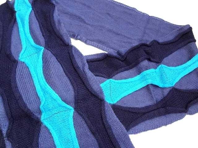 新品 マフラー レディース 紺 青  ウエーブ < 女性ファッションの