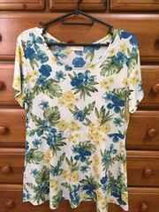 送料込み 美品 花柄のTシャツ Lサイズ