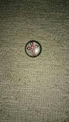 黒いチェックに黒縁赤の十字架缶バッジ