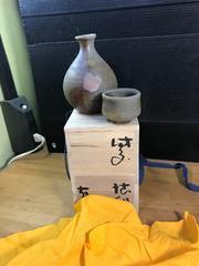 目澤孝氏の、盃付の徳利。焼き〆、ツヤ無し。