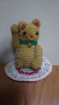 手編みのあみぐるみ、招き猫と座布団