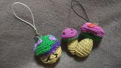 手編みのあみぐるみ、キノコストラップ二個